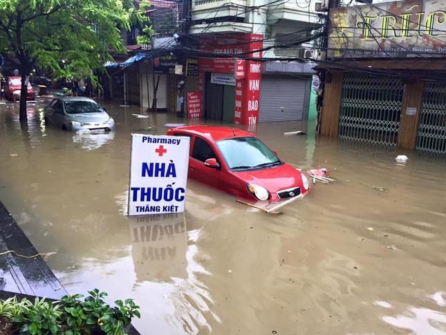 Nhiều tuyến đường Hà Nội ngập sâu do mưa lớn kéo dài - ảnh 6