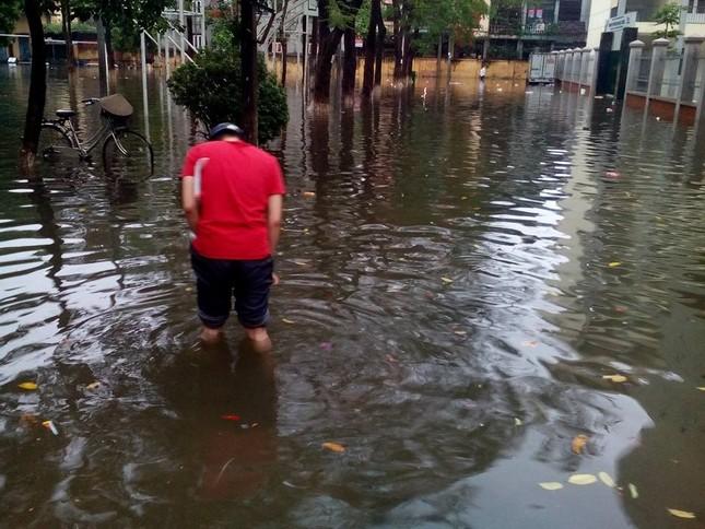 Nhiều tuyến đường Hà Nội ngập sâu do mưa lớn kéo dài - ảnh 5