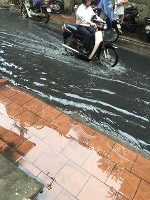 Nhiều tuyến đường Hà Nội ngập sâu do mưa lớn kéo dài - ảnh 9