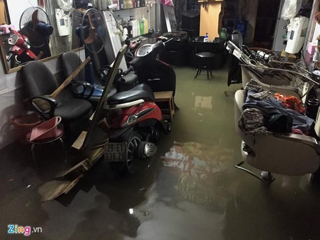 Nhiều tuyến đường Hà Nội ngập sâu do mưa lớn kéo dài - ảnh 10