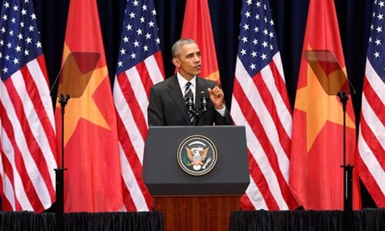 Máy nhắc chữ của Obama khi phát biểu trước 2.000 người ở Hà Nội - ảnh 1