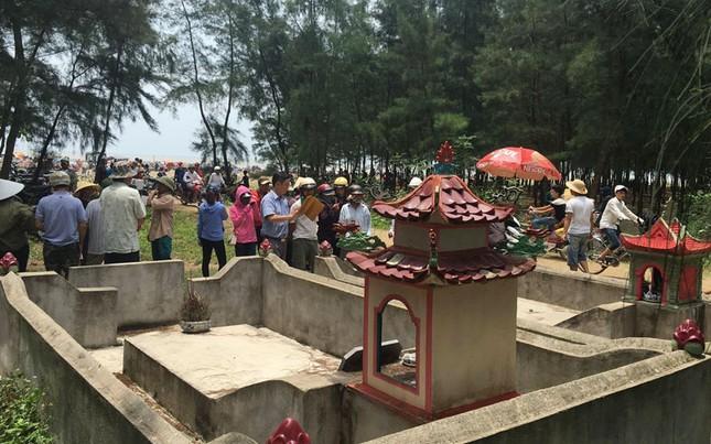 Giải cứu cá voi khổng lồ mắc kẹt ở bờ biển Nghệ An - ảnh 4