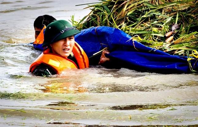 Ninh Bình huy động tổng lực giúp dân gặt lúa chìm trong biển nước - ảnh 9