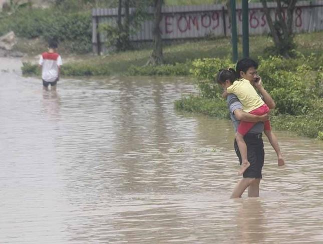 Khốn đốn nơi ngập sâu nhất HN, 2 ngày nước chưa rút - ảnh 4