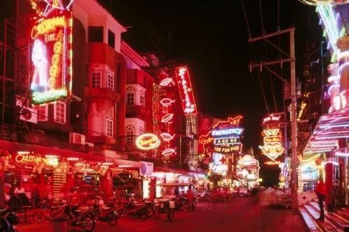 Nỗi lòng phận gái 'bán hoa' trên phố đèn đỏ Bangkok - ảnh 1