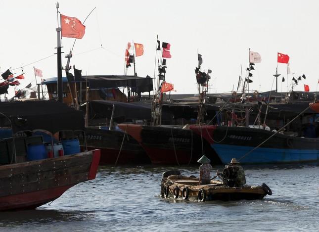 Trung Quốc cấp súng ống cho đội tàu cá trên Biển Đông - ảnh 1