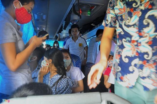 Nhồi nhét 93 hành khách trên xe 29 chỗ ngồi - ảnh 4