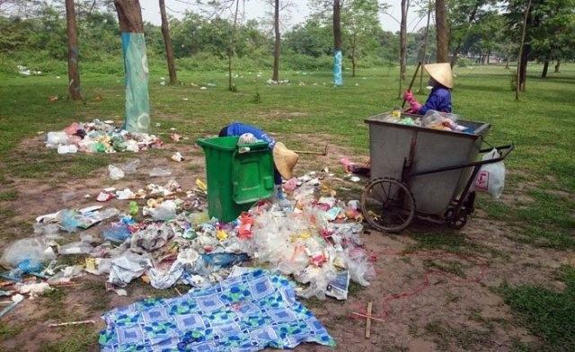Sau kỳ nghỉ lễ công viên Yên Sở ngập trong rác - ảnh 9
