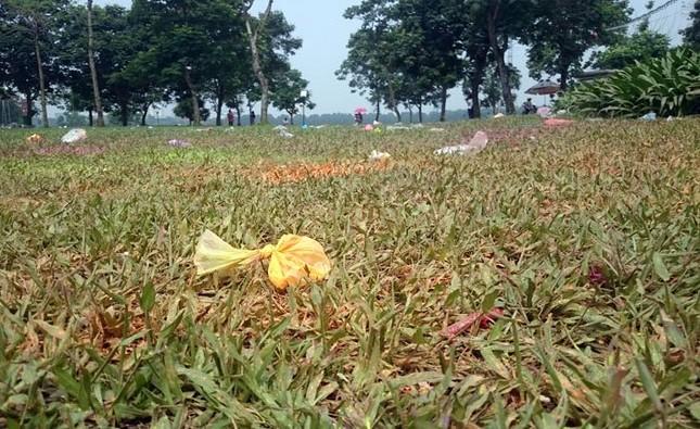 Sau kỳ nghỉ lễ công viên Yên Sở ngập trong rác - ảnh 6