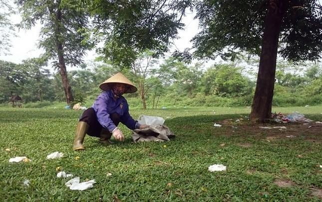 Sau kỳ nghỉ lễ công viên Yên Sở ngập trong rác - ảnh 7