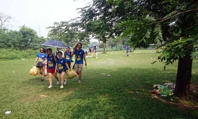 Sau kỳ nghỉ lễ công viên Yên Sở ngập trong rác - ảnh 2