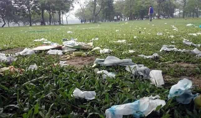Sau kỳ nghỉ lễ công viên Yên Sở ngập trong rác - ảnh 3