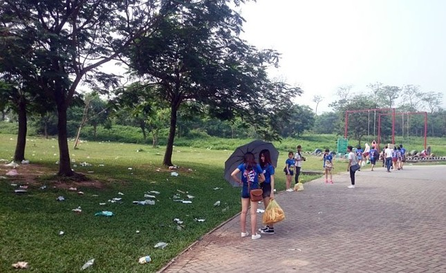 Sau kỳ nghỉ lễ công viên Yên Sở ngập trong rác - ảnh 1