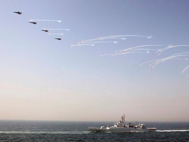 TQ ngang ngược đưa tàu chiến hiện đại tới tập trận ở Biển Đông - ảnh 1