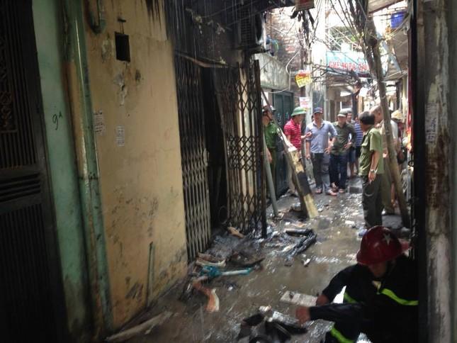Hà Nội: Cháy lớn thiêu rụi cả ngôi nhà, 1 người đàn ông nguy kịch - ảnh 1