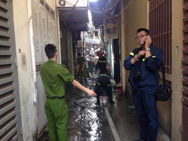 Hà Nội: Cháy lớn thiêu rụi cả ngôi nhà, 1 người đàn ông nguy kịch - ảnh 2