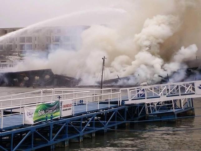 Quảng Ninh: Cháy tàu du lịch, du khách chen nhau nhảy xuống biển - ảnh 1