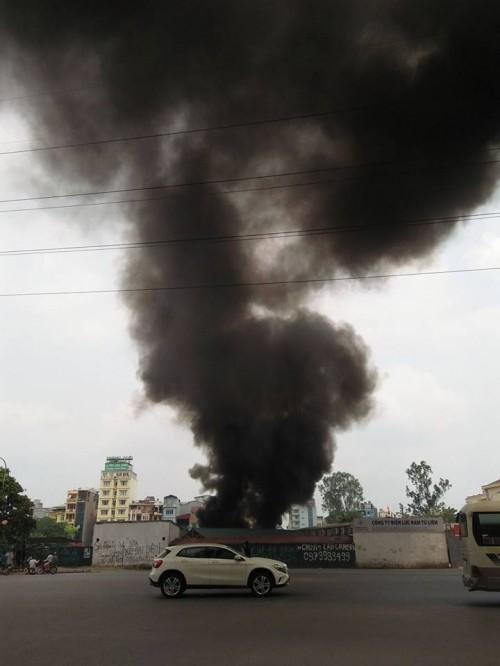 Hà Nội: Hỏa hoạn tại công ty Điện lực, khói đen bao trùm - ảnh 1