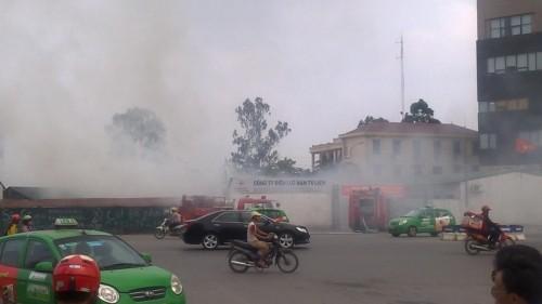 Hà Nội: Hỏa hoạn tại công ty Điện lực, khói đen bao trùm - ảnh 6