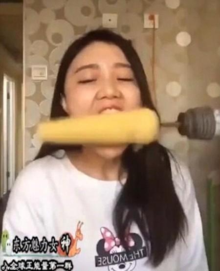 Cô gái xinh đẹp bay mảng tóc vì ăn ngô bằng máy khoan - ảnh 1