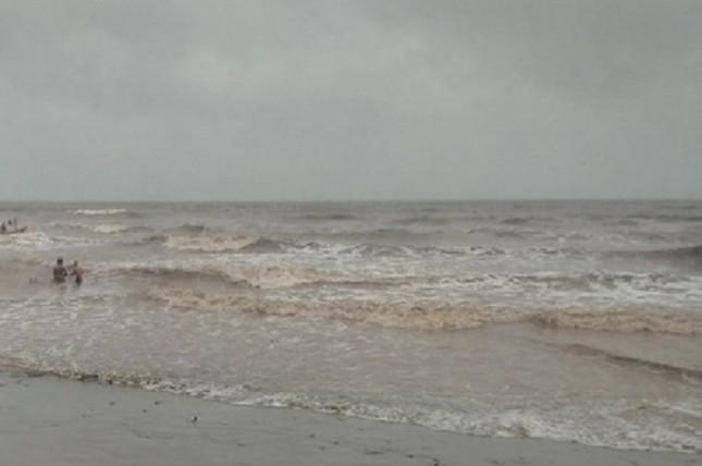Nam Định: Đi tắm biển, 3 học sinh bị sóng cuốn trôi mất tích - ảnh 1