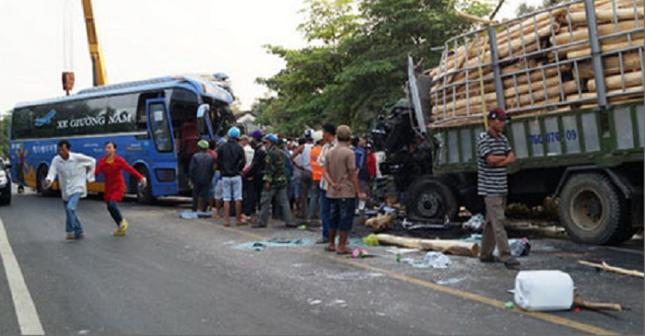 Hàng chục người thương vong trong vụ xe khách đối đầu xe tải - ảnh 1