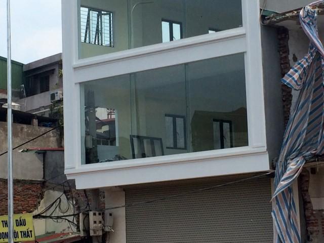 Độc và lạ Hà Nội: Cột điện 'mọc' xuyên nhà mới xây - ảnh 1