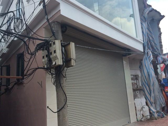 Độc và lạ Hà Nội: Cột điện 'mọc' xuyên nhà mới xây - ảnh 2