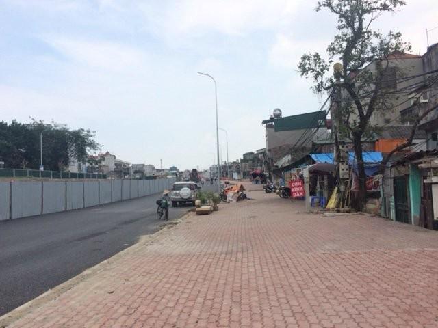 Độc và lạ Hà Nội: Cột điện 'mọc' xuyên nhà mới xây - ảnh 3