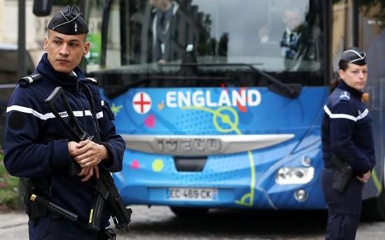 Tuyển Anh học cách giữ mạng sống nếu bị khủng bố ở Euro 2016 - ảnh 1