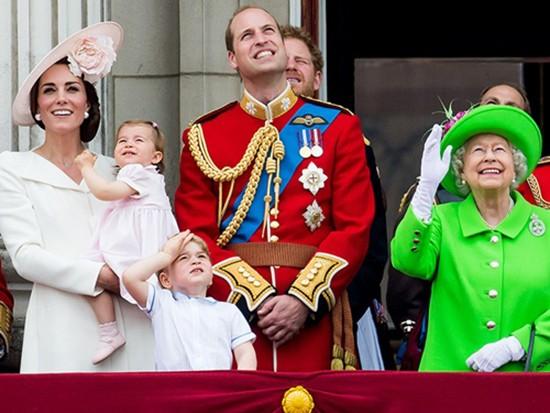 Công chúa nhỏ nước Anh lần đầu xuất hiện trước công chúng - ảnh 1