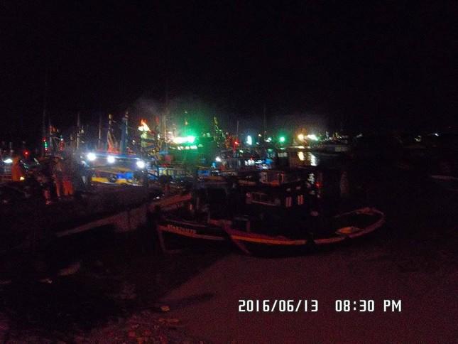 Hàng trăm ngư dân hoang mang vì tàu cá bất ngờ trôi ra biển - ảnh 1