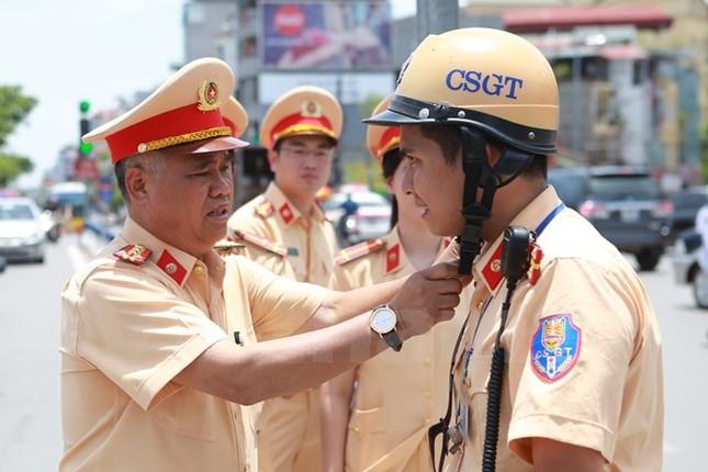 Động viên chiến sỹ cảnh sát giao thông Hà Nội giữa trưa nắng nóng - ảnh 1