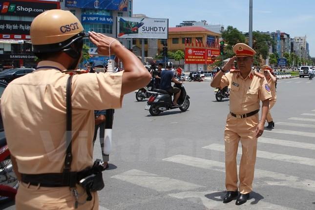 Động viên chiến sỹ cảnh sát giao thông Hà Nội giữa trưa nắng nóng - ảnh 2
