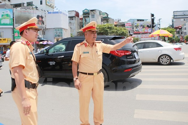 Động viên chiến sỹ cảnh sát giao thông Hà Nội giữa trưa nắng nóng - ảnh 3