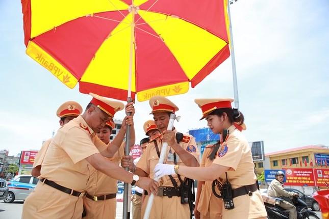 Động viên chiến sỹ cảnh sát giao thông Hà Nội giữa trưa nắng nóng - ảnh 4