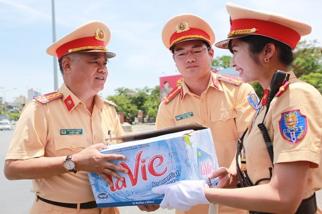 Động viên chiến sỹ cảnh sát giao thông Hà Nội giữa trưa nắng nóng - ảnh 5