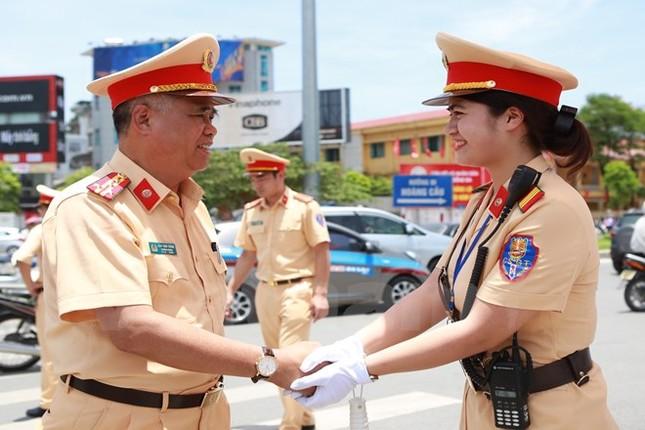Động viên chiến sỹ cảnh sát giao thông Hà Nội giữa trưa nắng nóng - ảnh 6