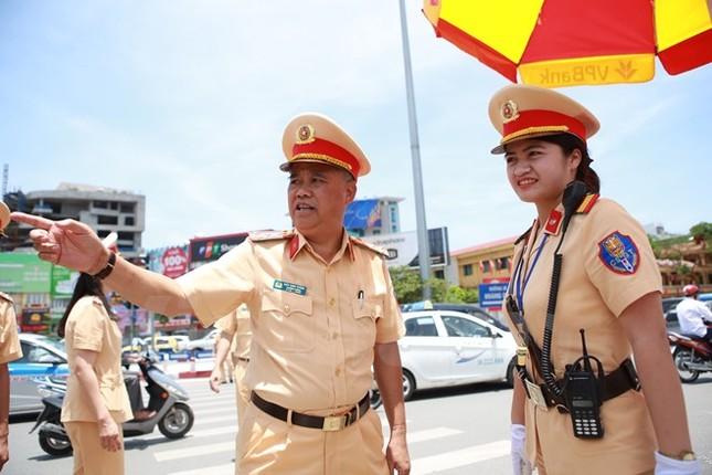 Động viên chiến sỹ cảnh sát giao thông Hà Nội giữa trưa nắng nóng - ảnh 7