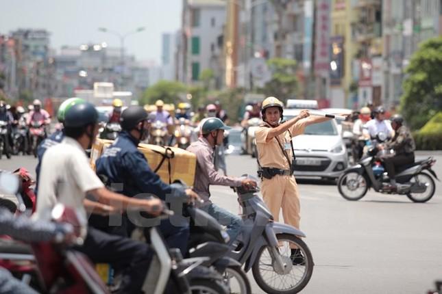 Động viên chiến sỹ cảnh sát giao thông Hà Nội giữa trưa nắng nóng - ảnh 8