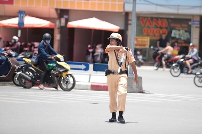 Động viên chiến sỹ cảnh sát giao thông Hà Nội giữa trưa nắng nóng - ảnh 9