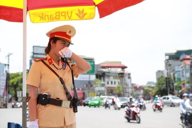 Động viên chiến sỹ cảnh sát giao thông Hà Nội giữa trưa nắng nóng - ảnh 10