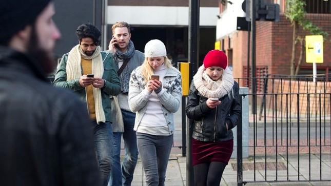 Đưa đèn đỏ xuống đất vì người dùng dán mắt vào smartphone - ảnh 1