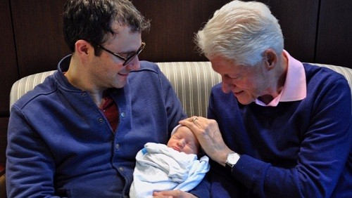 Vợ chồng Clinton đón cháu ngoại thứ hai - ảnh 2
