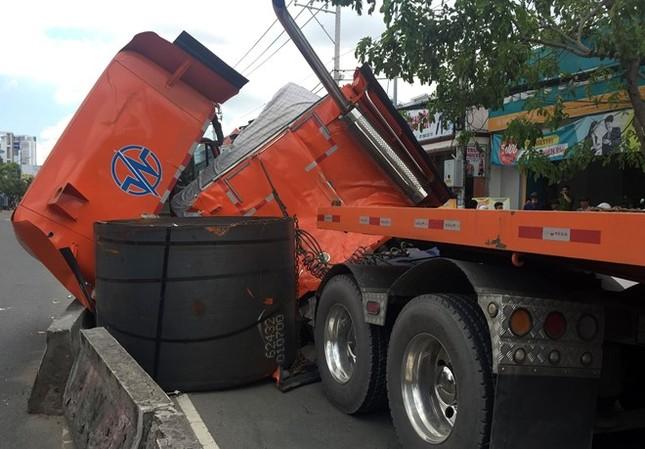 Cuộn sắt hàng chục tấn đè nát đầu xe container ở Sài Gòn - ảnh 1