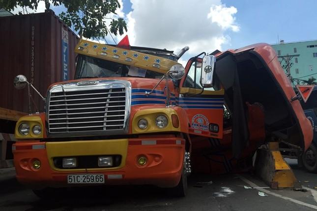 Cuộn sắt hàng chục tấn đè nát đầu xe container ở Sài Gòn - ảnh 2