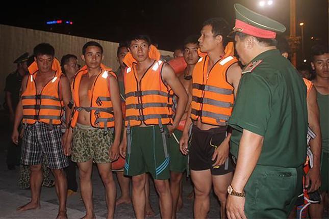 Lật tàu du lịch trên sông Hàn, nhiều người mất tích - ảnh 8