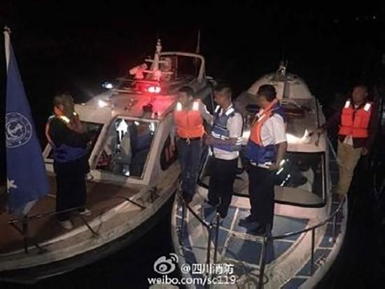 Chìm tàu du lịch ở Trung Quốc, 14 người mất tích - ảnh 1