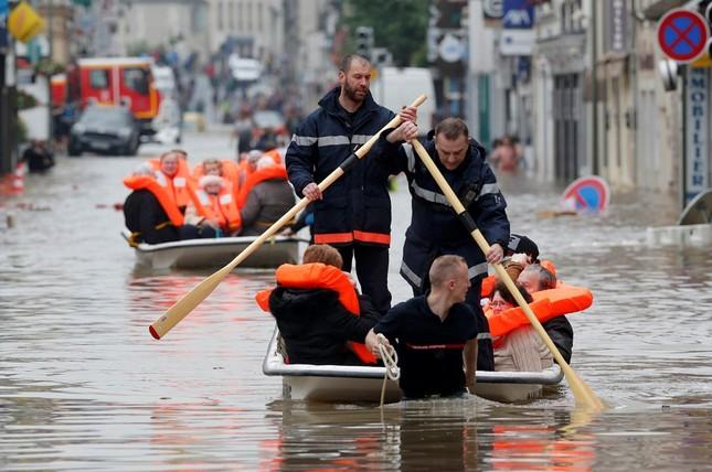 Chèo xuồng giữa phố do lụt ở Pháp vào top ảnh ấn tượng tuần - ảnh 1