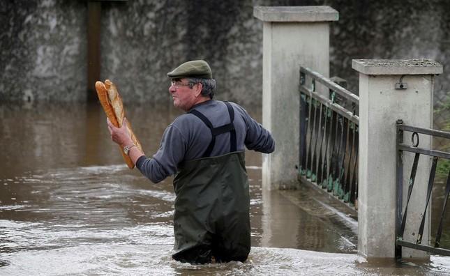 Chèo xuồng giữa phố do lụt ở Pháp vào top ảnh ấn tượng tuần - ảnh 2